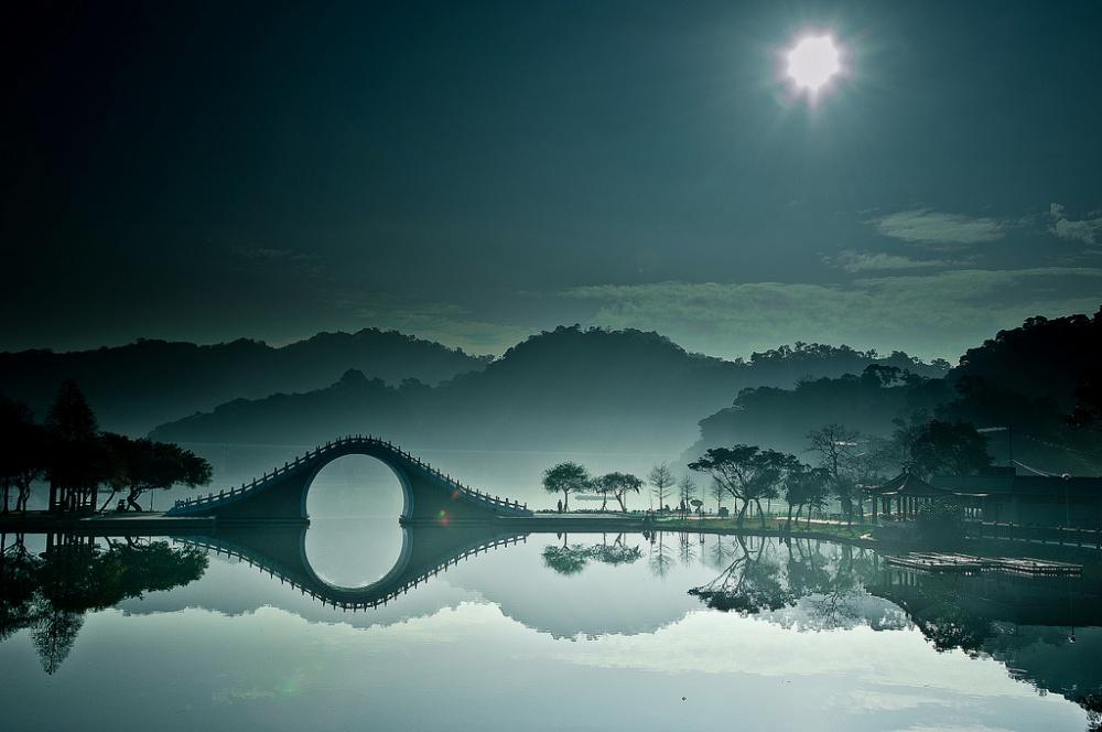 Лунный мост — главная достопримечательность городского парка Даху. С наступлением сумерек мост отсве