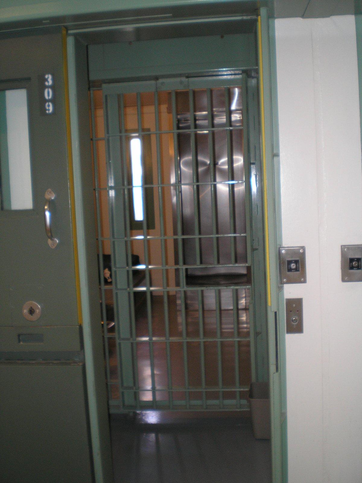 За дверьми в камеру находятся еще одни — решетчатые, для взаимодействия охраны с заключенными. Больш
