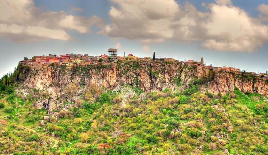 Амеди?я— небольшая разноцветная деревня, расположенная навершине возвышенности виракской провинци