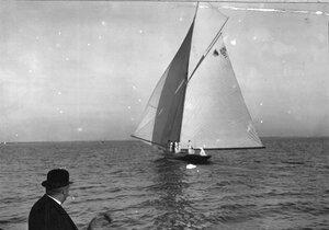 Яхта 12М во время соревнований в Финском заливе, на переднем плане лица, наблюдающие за гонками с борта судейского парохода