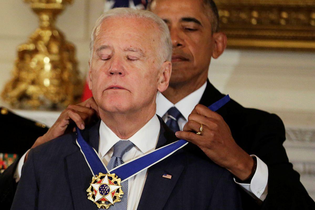 Байден получил медаль Свободы отОбамы изаплакал