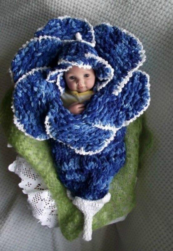 Вязаный конверт-цветок для новорождённых