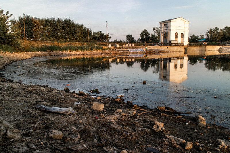 Плотина и ее отражение в воде