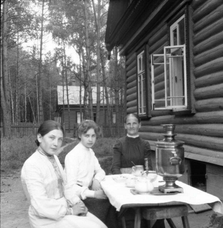 1904. Вешняки. Варвара с дочкой на даче. Чаепитие