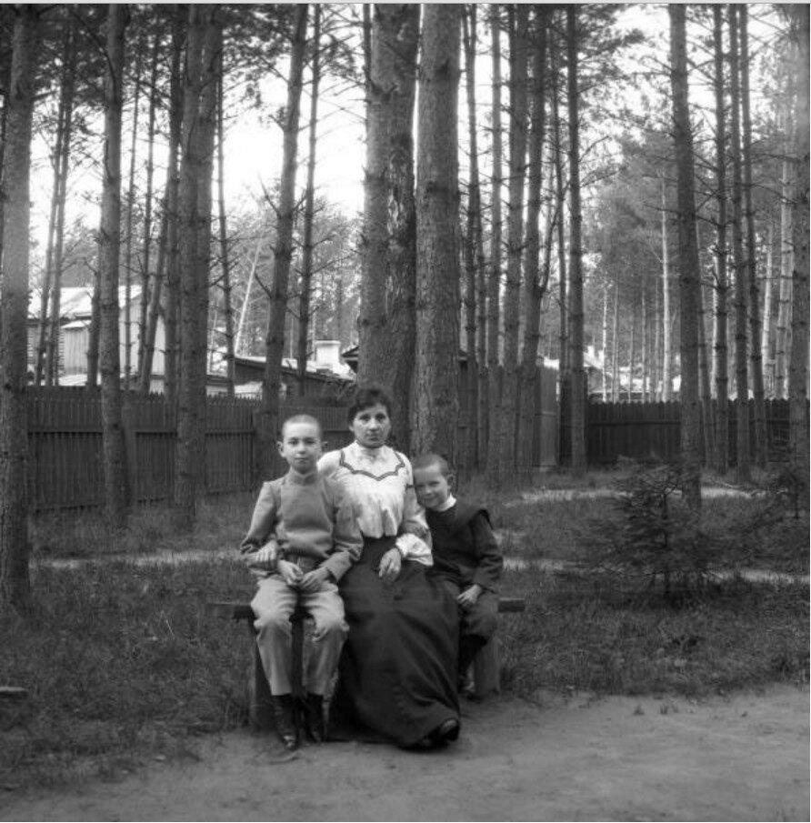 1904. Вешняки. Минна, Яша и Миша в саду на лавочке