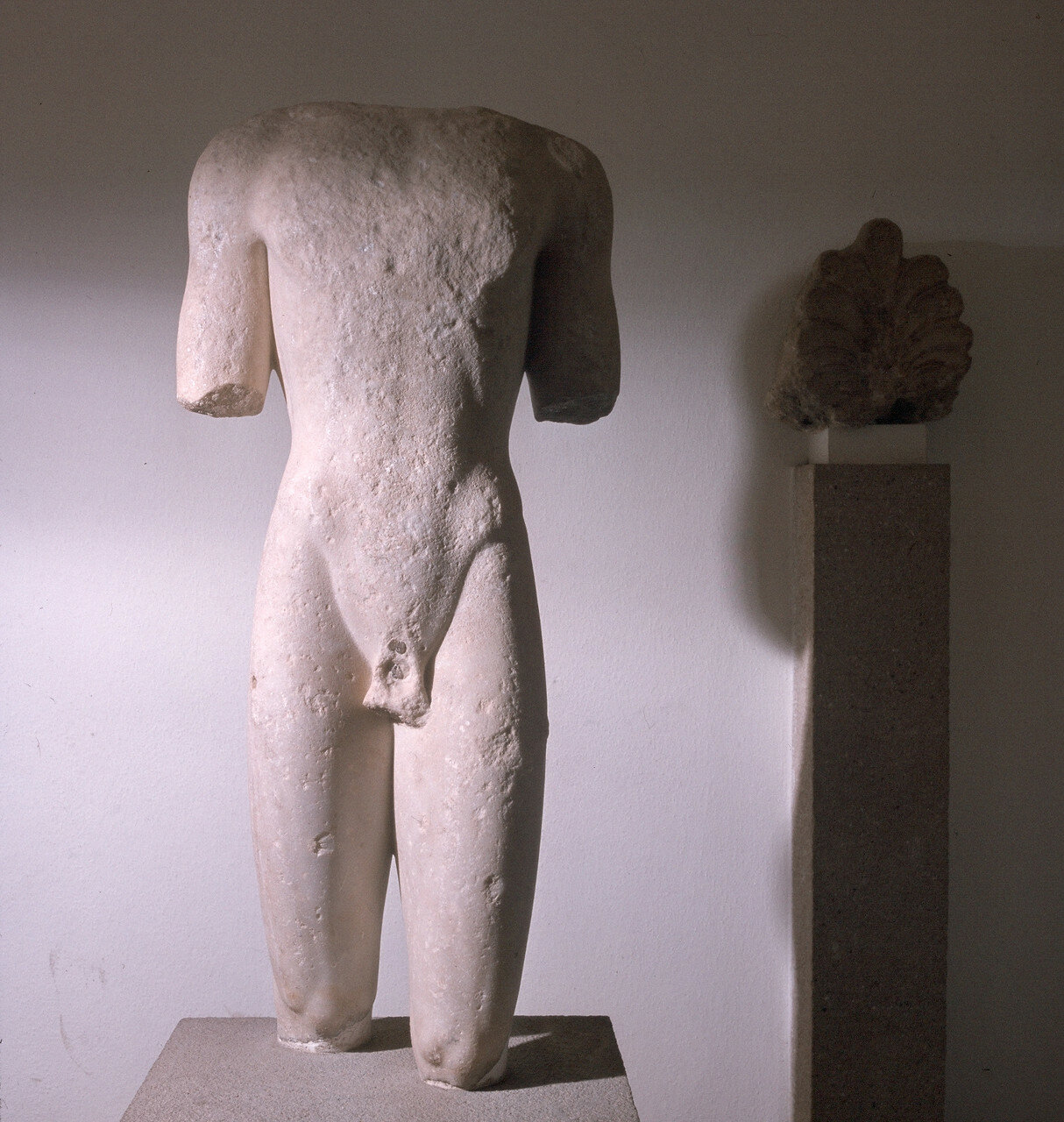Родос. Археологический музей. Торс куроса, мрамор, 550-530 гг. до н.э. Из Камироса