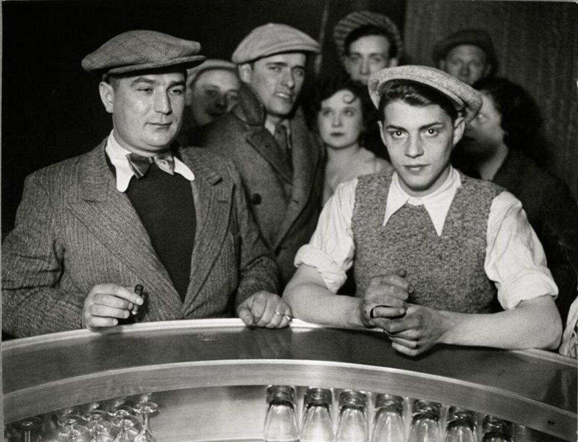 1932. Мужчины вокруг барной стойки в бистро на Рю де Лапп