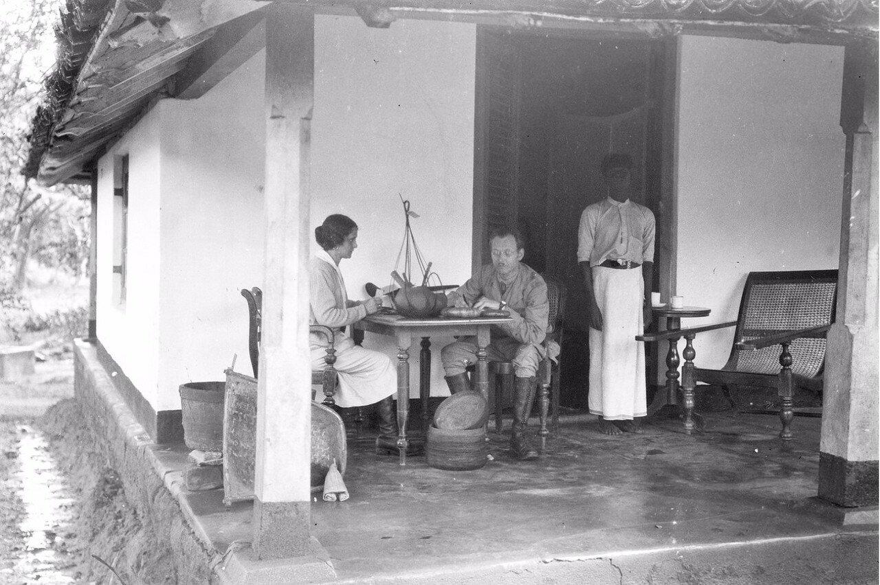 43. Эгон фон Эйкштедт с супругой во время этнографических работ на крыльце гостевого дома в Бибили (провинция Ува)