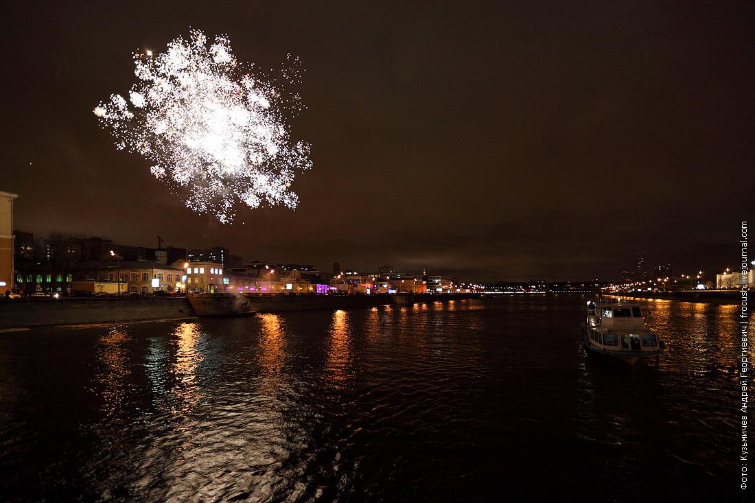 фотография фейерверк в честь открытия малой прогулочной навигации по Москве-реке