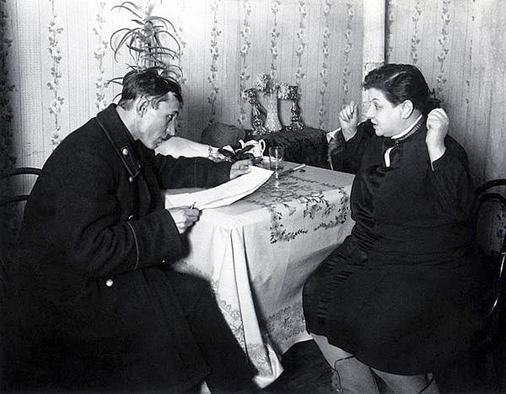 Визит налогового инспектора  к нэпману. (нэпманше) 1928 г. Шайхет Аркадий Самойлович (1898-1959)