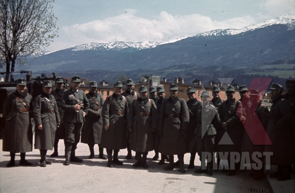 stock-photo-austrian-officers-4th-mountain-division-enzian-gebirgsartillerieregiment-94-lohengrin-kaserne-innsbruck-1940-12171.jpg
