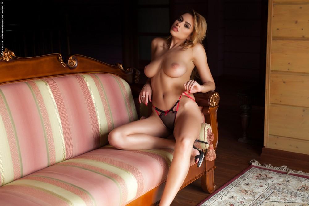 Марго позирует на диванчике