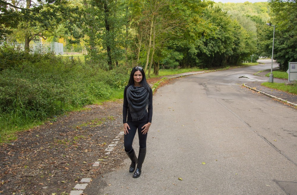 Adela разделась и прогулялась по парку