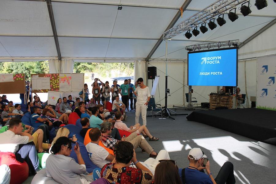 Хакамада выступает на Форуме Роста в Абрау-Дюрсо 10.09.16, снимок Влада Щукина.png