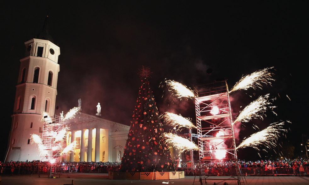 12. Салют озаряет небо над елкой в Вильнюсе. (AP / Mindaugas Kulbis)