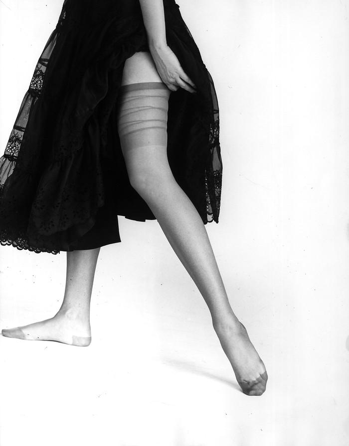 14. Модель в новых утягивающих чулках с эластичной спиральной веревкой вокруг бедра. 1954 год. (Gjon