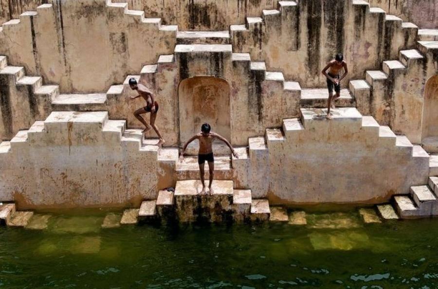 6. Гигантское сооружение, напоминающее перевернутую пирамиду, уходит под землю более чем на 30 м, на