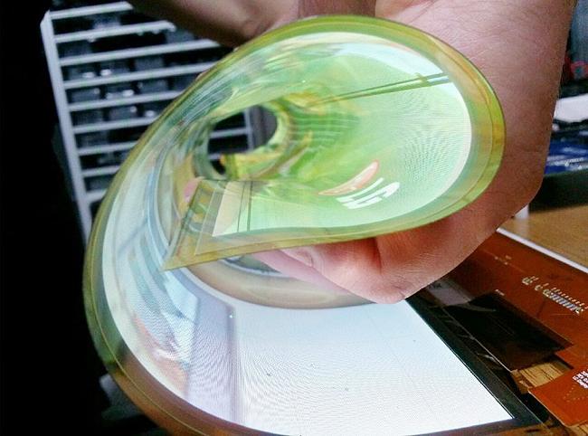 Компания LG представила гибкие дисплеи с диагональю 18 дюймов и разрешением 1208 на 800 пикселей.