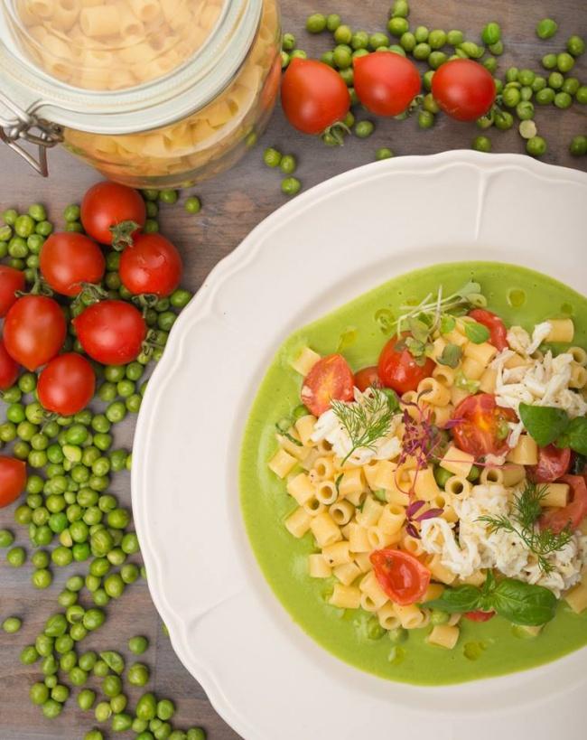 Ингредиенты: 80г пасты диталини 215г горошка 45г оливкового масла 1головка репчатого лука 50г б