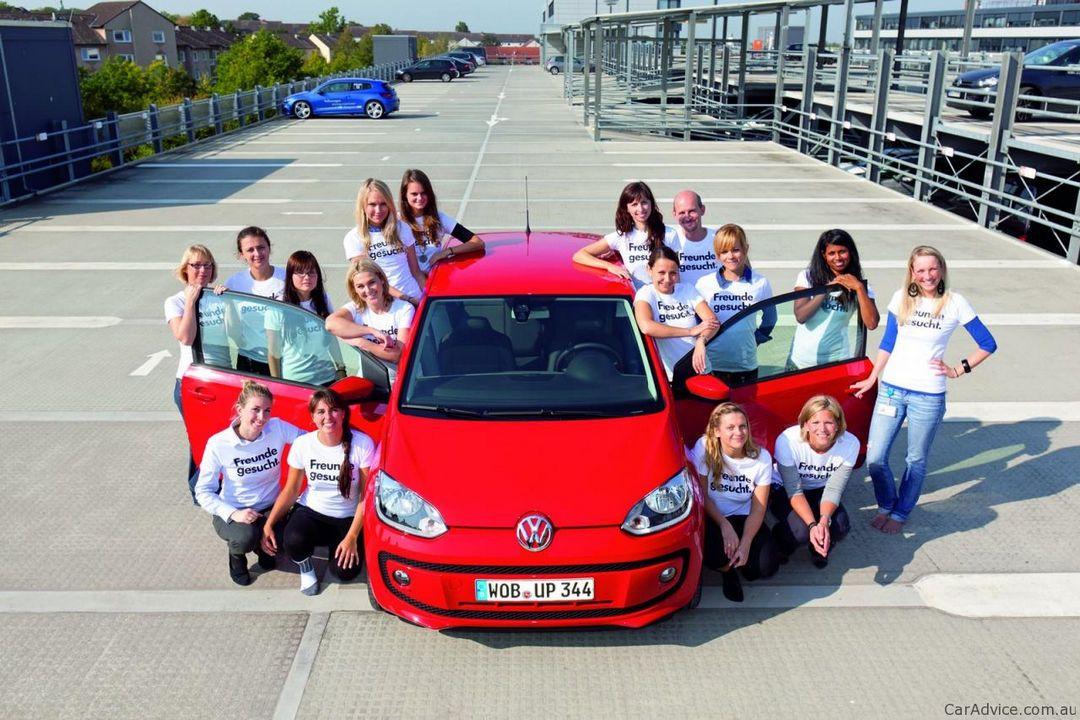 15 девушек в одном автомобиле (6 фото)