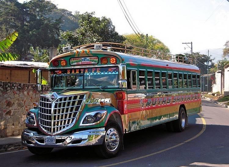Школьный автобус из очень элитной школы.