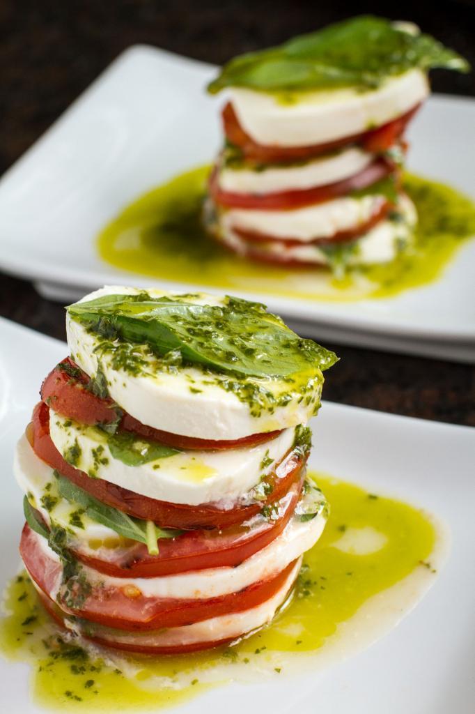 Капрезе — салат на основе томатов, сыра моццарелла, оливкового масла и свежих листьев базилика.