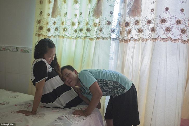 Будущий отец прижимается к животу своей беременной жены.