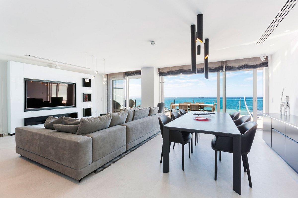 Гостиная-столовая с видом на море