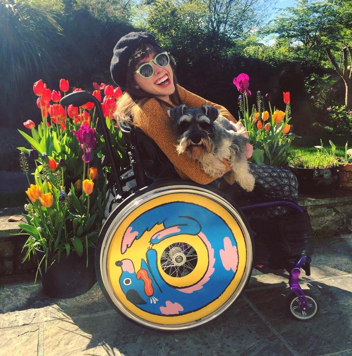 Ces deux s?urs creent des fauteuils roulants customises par des artistes