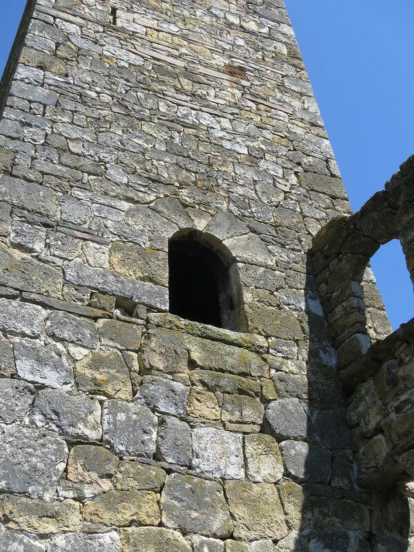 Входная арка боевой башни из клинчатых камней, Ний