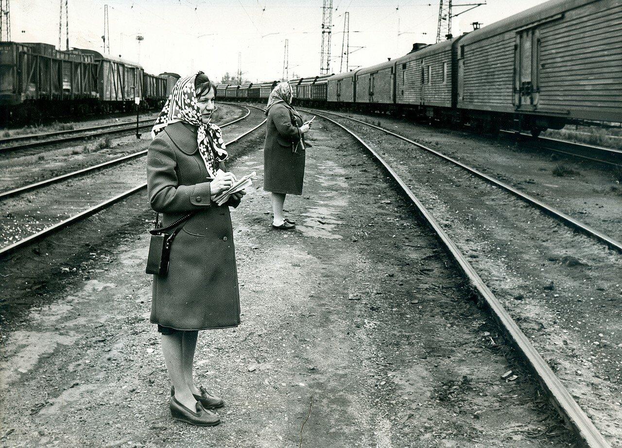 1980-е. Приемщики поездов в одном из парков станции Челябинск-Главный