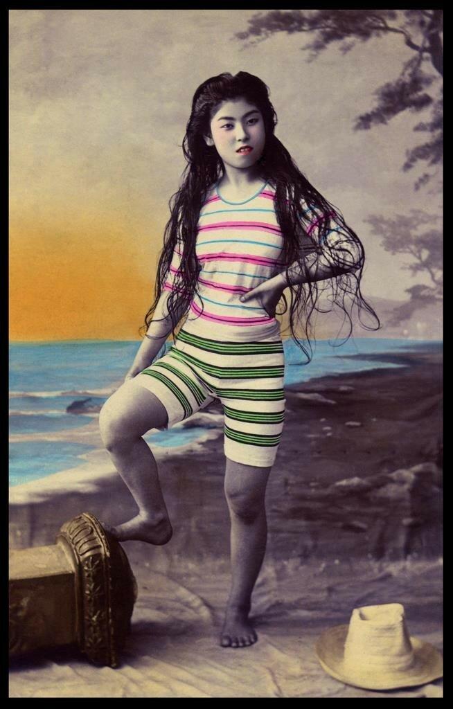 Японка в купальном костюме