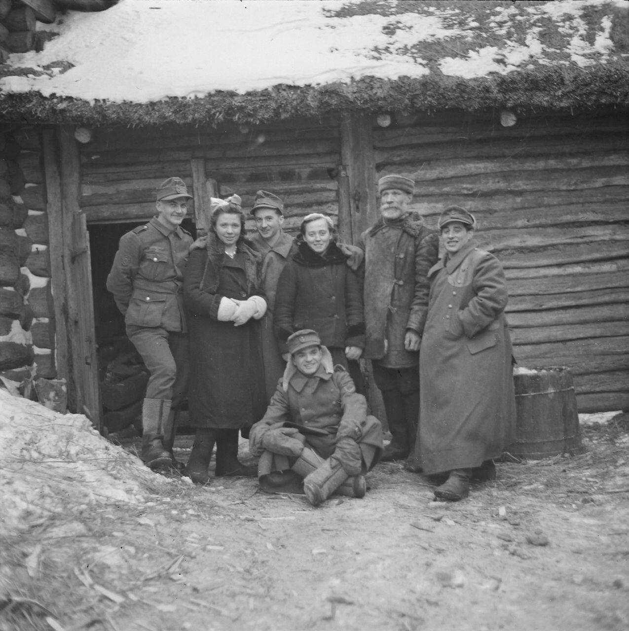 Групповая фотография с местными жителями