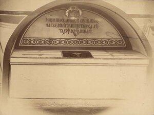 09. Гробница епископа Симона в южной галерее. Аркосолий южной стены (второй от портала) с прямоугольной белокаменной гробницей под плоской крышкой, на цоколе.Зборомирский И.М. 1889–1890
