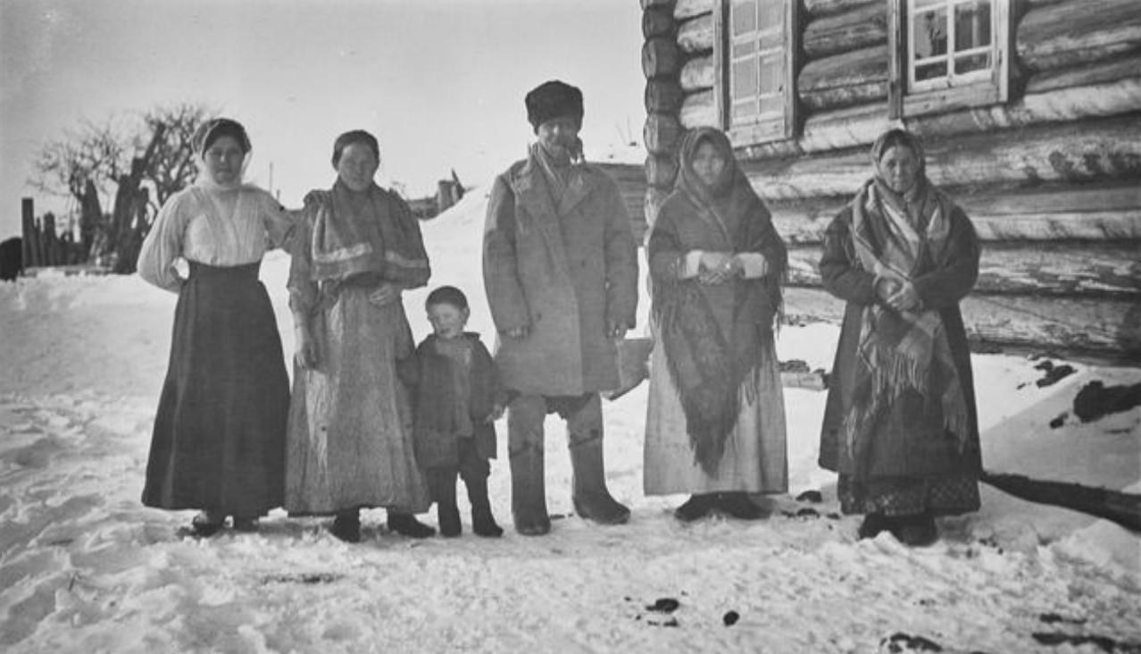 Нарым. Русский житель со своей семьей