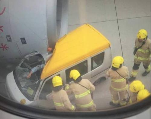 ВГонконге самолет столкнулся с грузовым автомобилем
