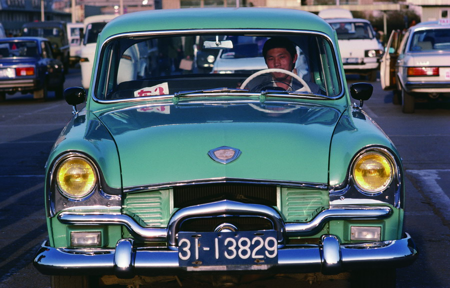 1986 A Shanghai-brand car is driven on Changan Avenue in Beijing.jpg