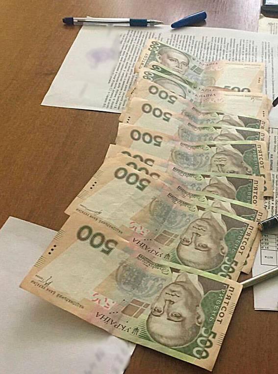 Два чиновника задержаны на Днепропетровщине при получении 10 тыс. грн взятки за оформление земли, - Нацполиция. ФОТО