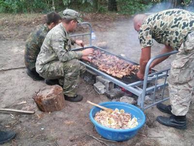 Фото с передовой: Как наши бойцы жарили мясо