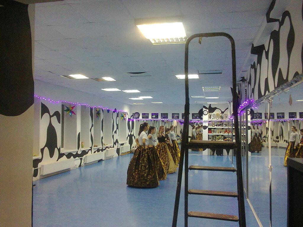Светильники, встраиваемые в потолок типа «Армстронг». Танцевальный зал в Старом Петергофе (Петродворцовый район Санкт-Петербурга).
