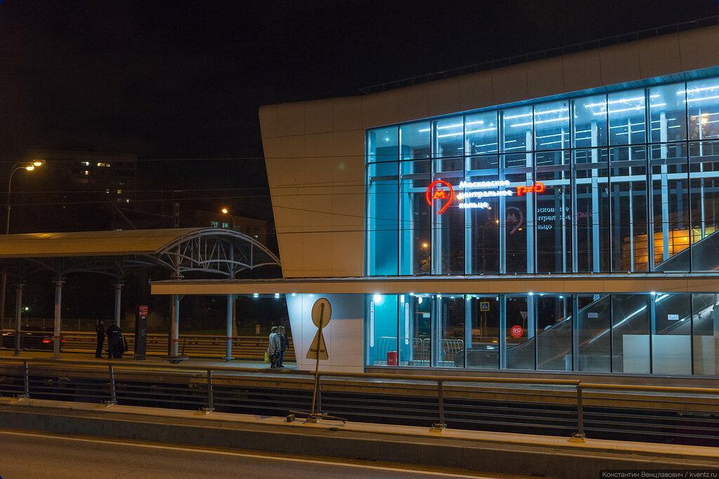 На станциях совместно используются элементы стиля Московского транспорта и РЖД