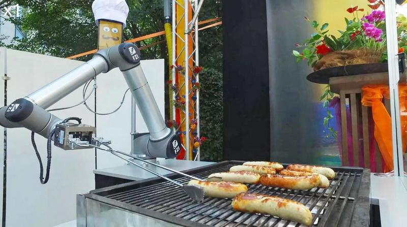 Робота научили жарить колбаски и принимать заказы