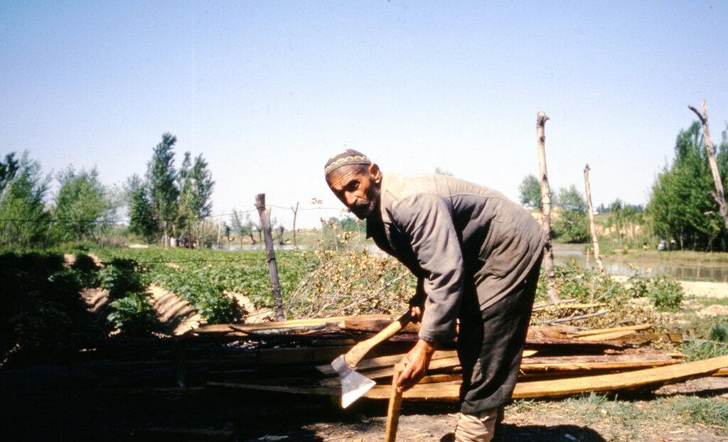 MA97 Tashkent, Tea house by canal, making uzbek bread img1454.JPG