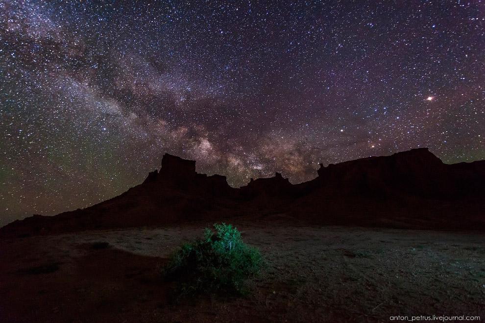 5. Панорама из трех горизонтальных кадров, и ломанный график скал Баянзага. Невероятной яркости Млеч