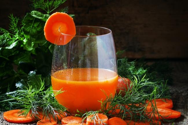 Морковное вино Ингредиенты: 2 кг моркови 4 л кипятка 4,5 стакана сахара на 4,5 л морковного сока 1 л