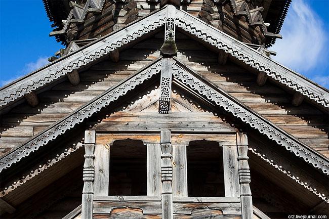 В 45 км от Петрозаводска находится город Кондопога с заваливающейся 42-метровой Успенской церковью.