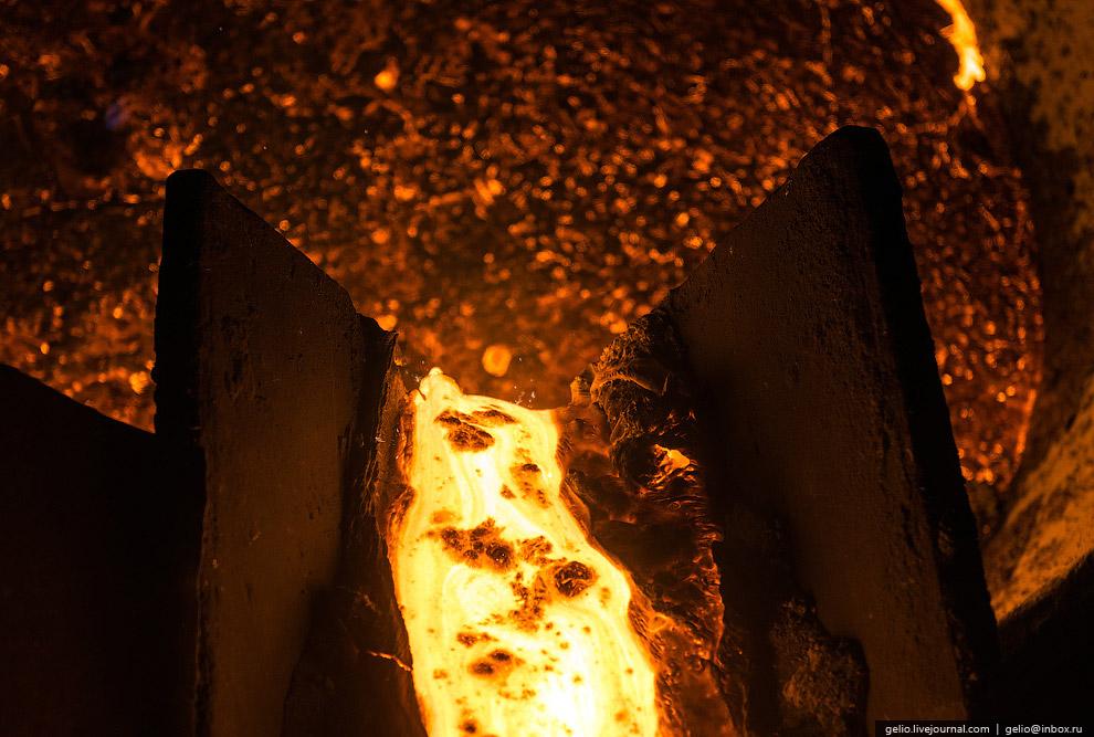Горновые разделяют потоки расплавленного металла при помощи обычного песка: