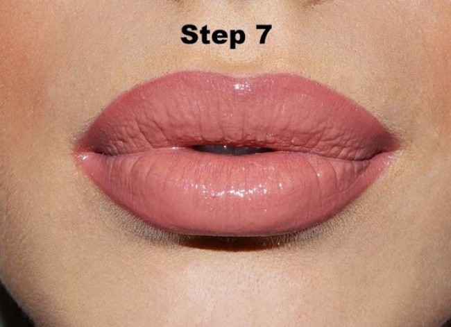 Мгновенный трюк для объемных губ: макияж будет готов за15секунд. Нанесите обычную помаду, азатем