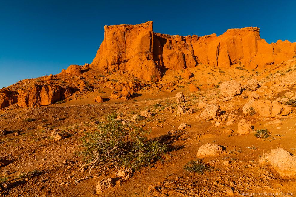 12. Местность мне лично напомнила аризонскую пустыню, хоть я и ни разу там не был. Но по фото с
