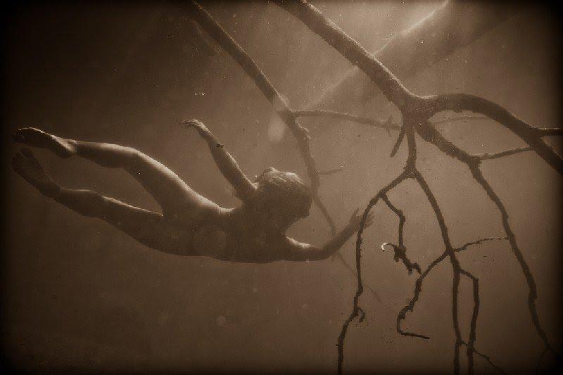 Девушки и поглощающая водная стихия от Нила Крейвера